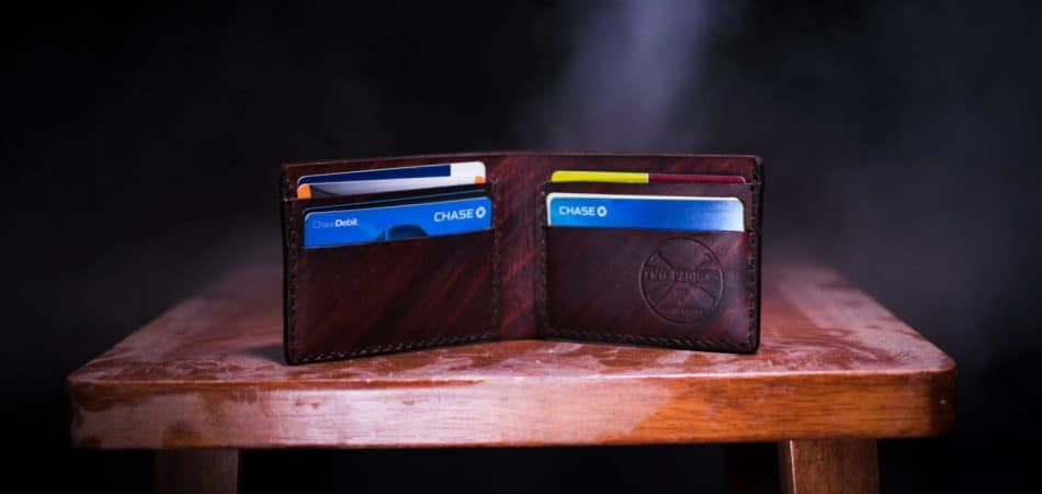 difference between a debit and a credit card